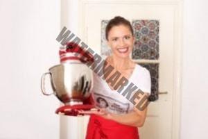 Hausfrau hält KitchenAid Küchenmaschine in ihren Händen