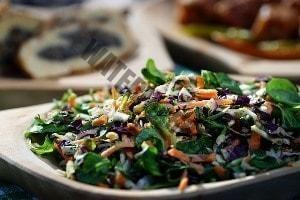 Frischer Salat mithilfe einer Philips Küchenmaschine zubereitet