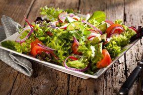 Salat mit einer Küchenmaschine schneiden